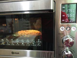 牛肉田园披萨,15. 送进预热好的烤箱上火175度 下火155度25—30分钟