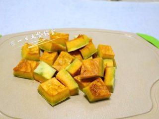 南瓜苹果亚麻籽糊, 南瓜切块上锅蒸熟。