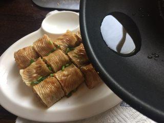 豆皮糯米肉卷,加点葱花、生抽,淋上热油