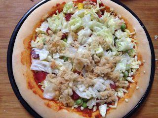 腊肠肉松披萨,加入剩余的一半肉松