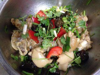 香辣凉拌猪蹄,加入碗汁拌匀腌15分钟,最后拌入蔬菜即可食用