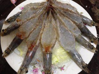 蒜蓉粉丝蒸大虾,上面铺上粉丝,最后放上处理好的大虾