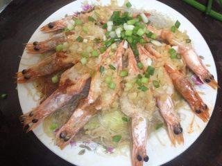 蒜蓉粉丝蒸大虾,蒸好的虾出锅后,撒上适量的葱花
