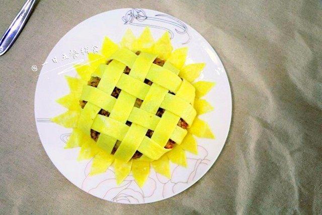 向日葵炒饭,依次摆上花瓣。
