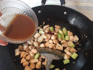 宫保鸡丁,放入第十步调好的碗汁,炒匀