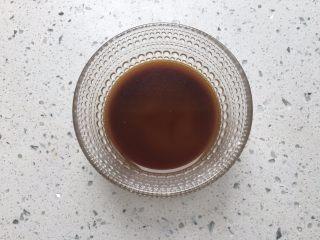 宫保鸡丁,将生抽,料酒,醋,糖,淀粉,盐,水放在碗里调匀