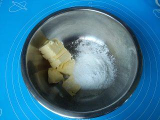 酸奶蔓越莓饼干,软化好的黄油加入糖粉,盐用电动打蛋器搅打均匀,颜色变浅。