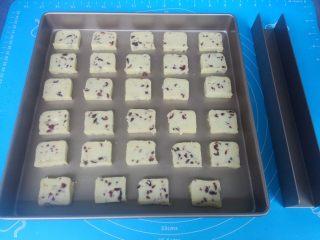 酸奶蔓越莓饼干,烤箱上下火预热175度。取出饼干面团,切成片状,薄厚要一致,间隔摆在学厨不粘方形盘内(普通盘要垫烘焙纸)