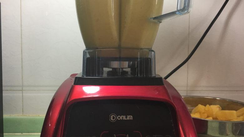 樱花抹茶凤梨酥,放入破壁机里打碎。