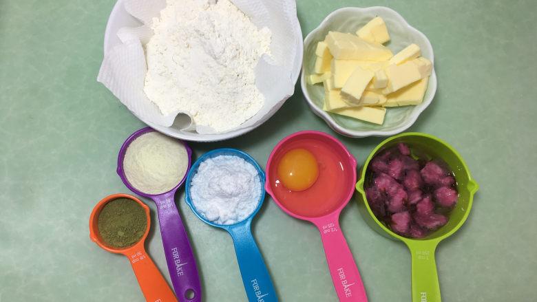 樱花抹茶凤梨酥,接下来准备材料:樱花放入冷水中浸泡,去盐备用。