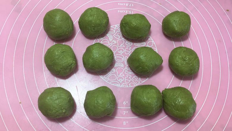 樱花抹茶凤梨酥,然后再将皮料面团平均分成12份,每份35克左右。