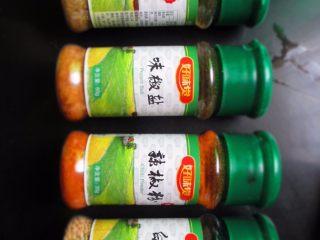 香煎豆腐,最后撒上佐料,例如盐、孜然、五香粉、辣椒粉等,出锅开吃吧!