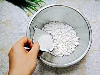 凤梨糯米糍,放入适量的白糖