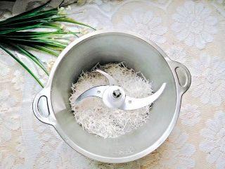 凤梨糯米糍,椰丝放入搅拌机里打成椰蓉