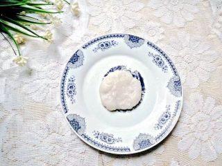 凤梨糯米糍,蒸好糯米粉后放到有少许余温那一小块出来擀成圈型