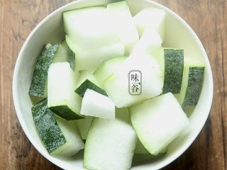 消暑的海带冬瓜虾皮汤,将冬瓜刷干净外皮,切成冬瓜块,待用。冬瓜皮的好处也多多呀!