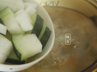 消暑的海带冬瓜虾皮汤,放入冬瓜块继续煮开20分钟左右,熬煮至软绵;(冬瓜呈透明状)