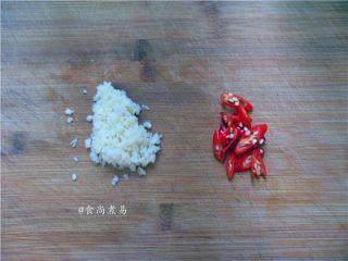 凉拌手撕茄子,蒸茄子的空档将蒜头去皮剁碎,辣椒切碎