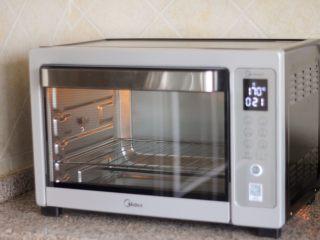 花边披萨,12.烤箱170度上下管预热。