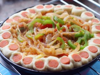 花边披萨, 19.放一层马苏里拉奶酪,再把煸好的蔬菜放到披萨上。
