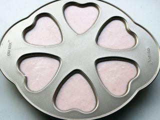 樱花草莓慕斯,把淡奶油慕斯糊倒入模具内,此时大约8分满了。继续送入冰箱冷藏。