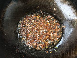 香煎豆腐,锅底留油,放入葱、姜、酱油爆香