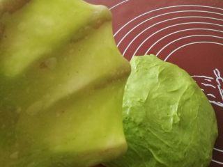 挤挤小面包-绿豆蛙表情包,一般是用两个和面程序到面团能拉出大片薄膜为止。