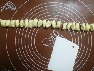 挤挤小面包-绿豆蛙表情包,用刮板分成24个大小差不多的小剂子