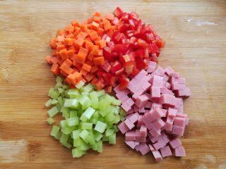 菠萝蛋炒饭,胡萝卜,莴苣,红椒,火腿肠切丁