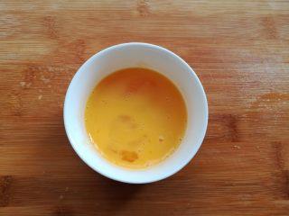 菠萝蛋炒饭,鸡蛋打散备用