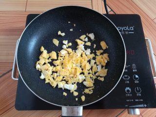 菠萝蛋炒饭,把鸡蛋饼划拉成小颗粒,盛出备用