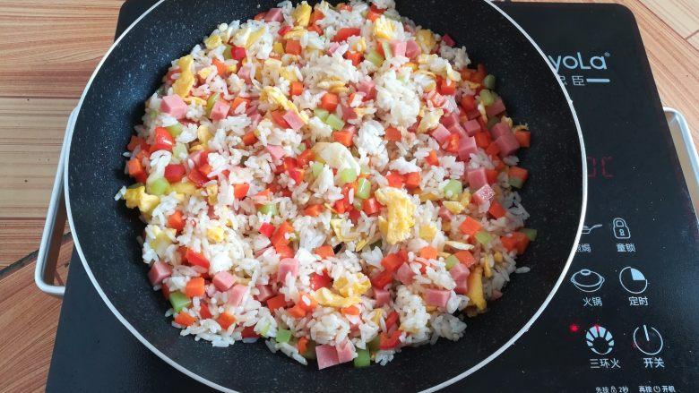 菠萝蛋炒饭,继续翻炒均匀