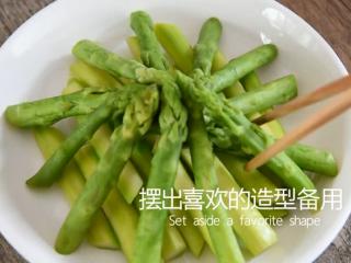 0厨艺轻松学会这道快手菜——泼油芦笋,摆出喜欢的造型备用
