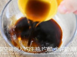 0厨艺轻松学会这道快手菜——泼油芦笋,取空碗倒入1勺生抽、1勺醋、少许盐调和