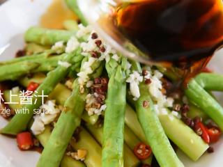 0厨艺轻松学会这道快手菜——泼油芦笋,淋上酱汁