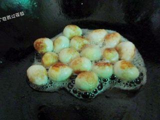 糖醋脆皮鹌鹑蛋, 炸至金黄色,表面呈虎皮状捞出控油