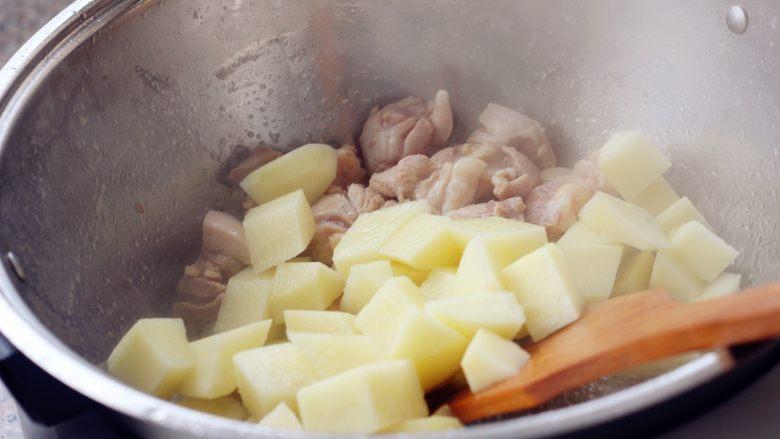 香菇土豆炖鸡块,10、放入土豆、香菇。
