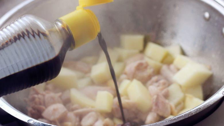 香菇土豆炖鸡块, 11、加入适量的水,半掩盖土豆即可倒入生抽、盐。