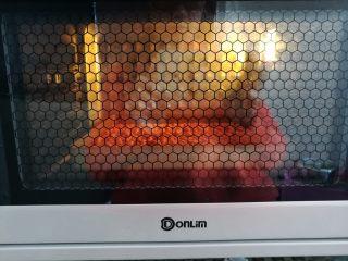 巧克力牛轧糖(耐烤巧克力版),花生放烤箱底层180度烤5分钟,口感喜欢脆一点的可以多烤2分钟,烤的过程中注意观察火候