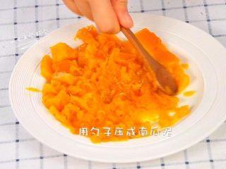 鸡蛋虾肉南瓜杯,蒸好了用勺子压成南瓜泥。