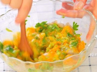 鸡蛋虾肉南瓜杯,加一个鸡蛋搅拌均匀。再蒸一蒸或者烤一烤就完成了,是不是很简单。