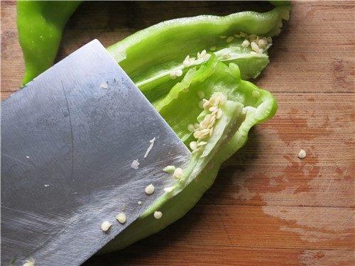 小小心鸡大味道---辣炒鸡心,用刀将里面的辣椒籽去掉