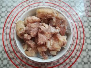 莲藕玉米猪脚汤,猪脚从冰箱中取出回温
