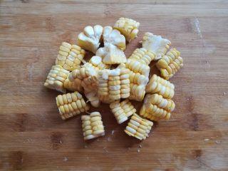莲藕玉米猪脚汤,玉米切成小块