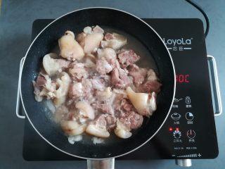 莲藕玉米猪脚汤,猪脚放锅里煮热,让猪脚跟汤汁分离