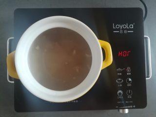 莲藕玉米猪脚汤,猪脚汤汁倒入砂锅里再加入一点点水(汤里有盐分,我家口味清淡就不加盐了,口味重的可以适当加盐)