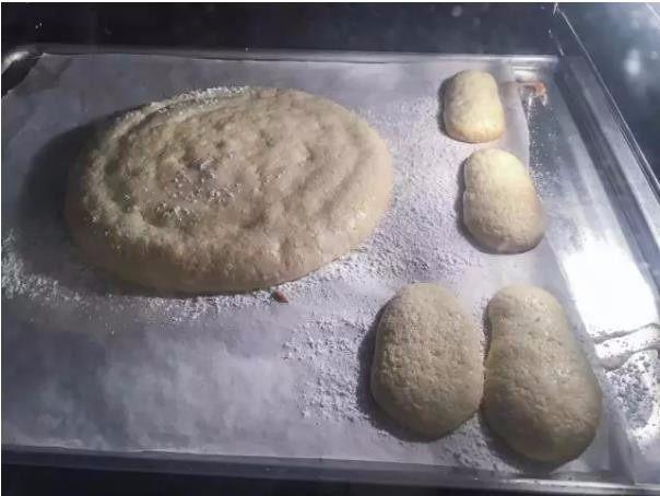 米其林私藏提拉米苏, 第五步,烤箱预热到180度,烘烤8分钟。取出烤盘,待微凉后从烤纸上取下烤好的手指饼干。