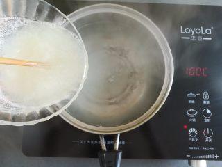 水果果冻(白凉粉版),转小火继续加热,倒入白凉粉浆