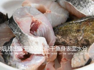 饭店绝对吃不到,这样做鱼肉超级美味下饭!,15分钟后,捞出放置通风处晾干表面水分