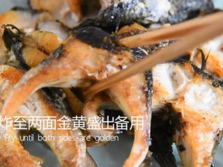 饭店绝对吃不到,这样做鱼肉超级美味下饭!,煎炸至两面金黄盛出备用